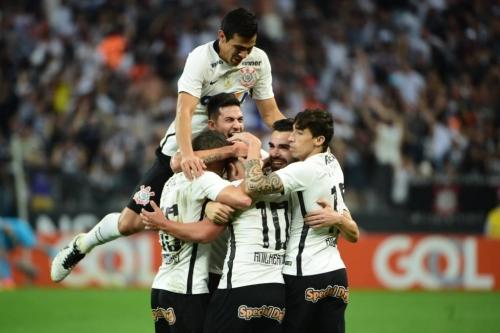 Corinthians faz a festa em cima do Flamengo: 4 a 0 com direito a ol�