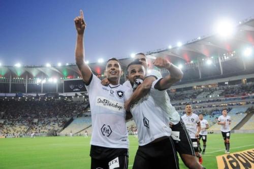"""Botafogo derrota o Fluminense no Maracanã; técnico quer time com """"pés no chão"""""""