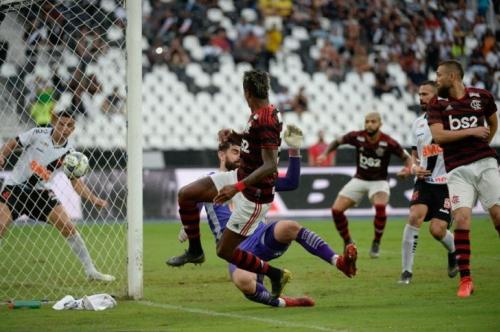 Flamengo vence o Vasco e fica perto do título