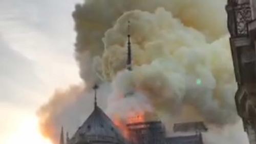 Incêndio destrói parte da catedral de Notre-Dame em Paris