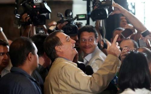 Nós estamos com a mão na faixa, diz Bolsonaro em visita à PF