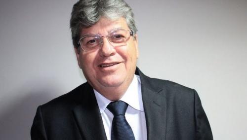 João Azevedo manda recado para Oposição, mas alça de mira também aponta para aliados