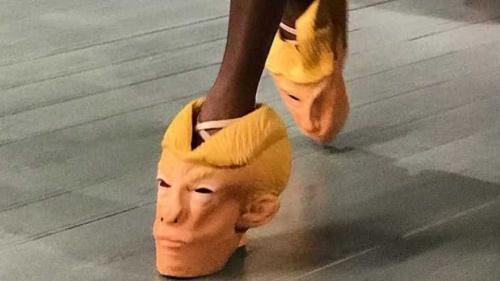 Donald Trump 'vira' sapato durante desfile em Londres
