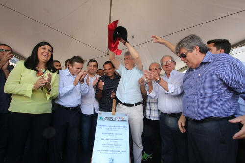 Ricardo inaugura estrada  e inspeciona obras de hospital
