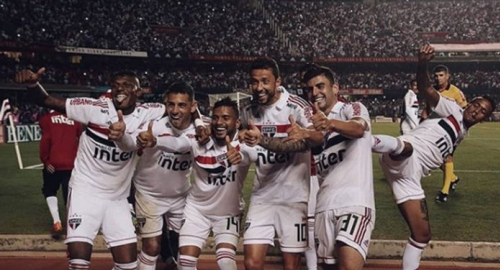 São Paulo vence Corinthians por 3 a 1 e cola no Flamengo