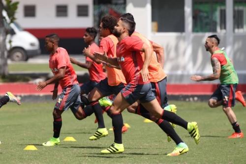 Flamengo e Cruzeiro travam duelo neste domingo